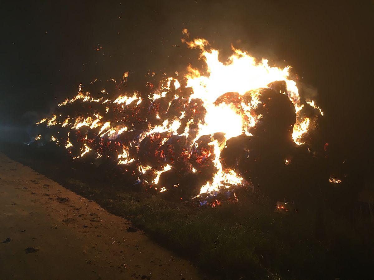 Dans le cas d'un feu de paille ou de foin, les pompiers circonscrivent l'incendie et laissent les bottes se consumer.