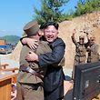Freude über einen Raketentest: Kim Jong-un gestattet sich Emotionen.
