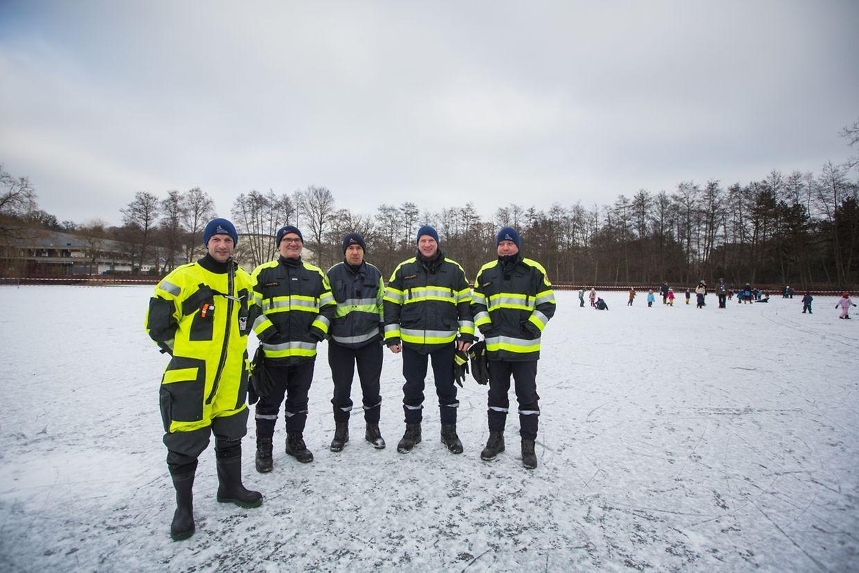 Die Feuerwehr sorgt vor Ort für Sicherheit.