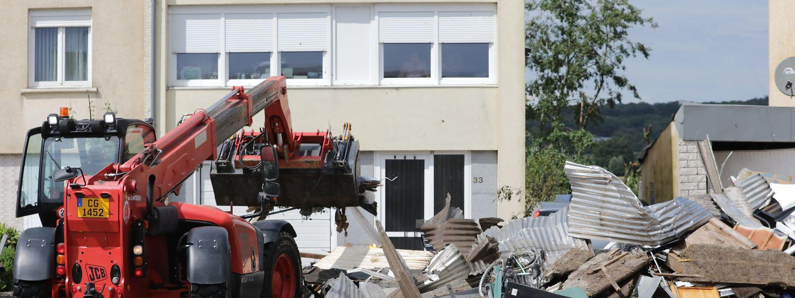 Räumarbeiten mit schwerem Gerät in Petingen.