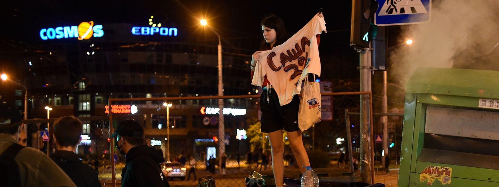Eine Frau demonstriert in Minsk gegen Alexander Lukaschenko.