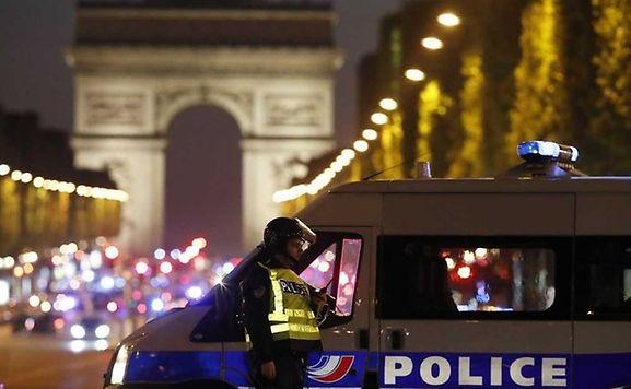 Sicherheitskräfte sperren die Avenue des Champs-Elysées ab, auf der ein Täter das Feuer gegen zwei Polizisten eröffnete.
