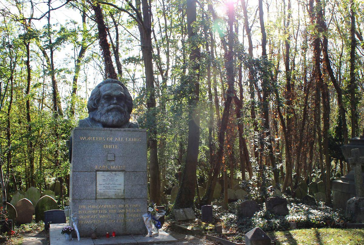 Karl Marx starb am 14. März 1883 im Norden Londons. Er wurde drei Tage später auf dem Highgate Cemetery bestattet. Sein Grab ziert ein bombastisches Denkmal, das aus den 1950er Jahren stammt.