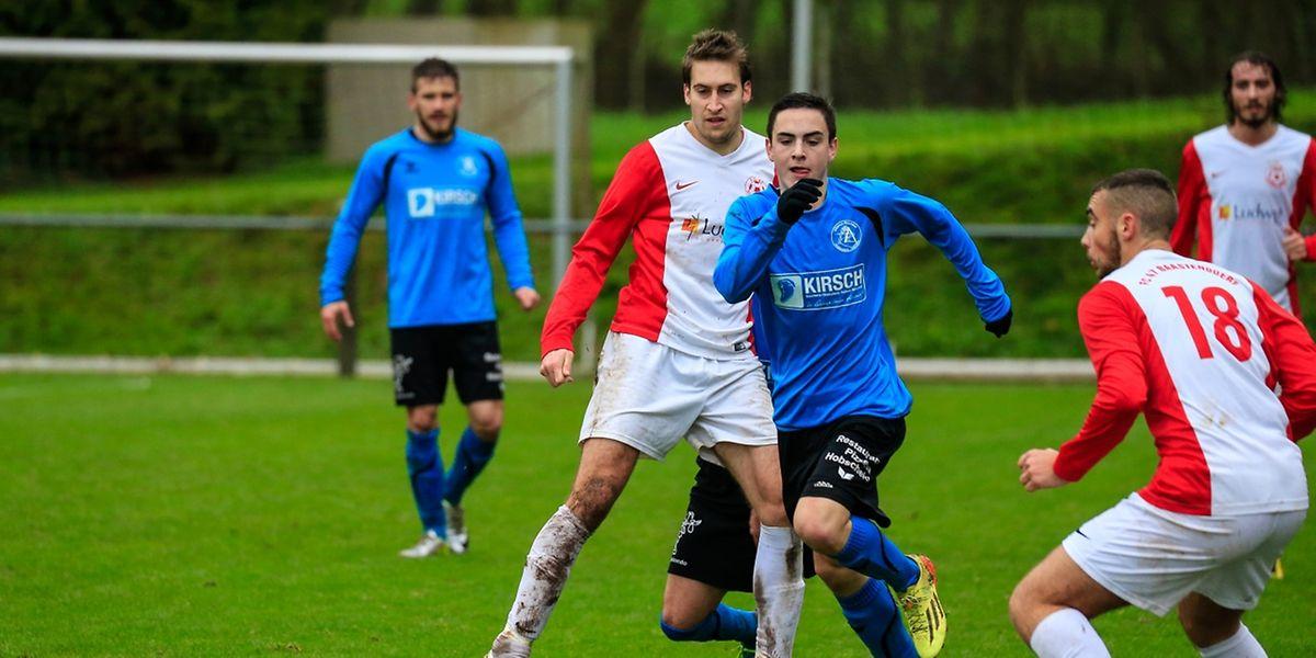 Luca Palgen (Alliance Äischdall, en bleu) tente d'éviter Yannick Zeien (Bastendorf). Les deux équipes se sont quittées dos à dos (1-1).