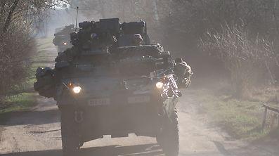 Aufbruch des Stryker-Konvois am frühen Morgen von Biedrusko nach Wesola, am Stadtrand von Warschau.