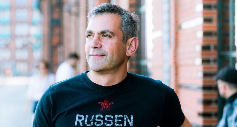 Der Schriftsteller Wladimir Kaminer. Kaminer (hier im Jahr 2015)  hat durch die Corona-Pandemie finanzielle Einbußen erlitten, lässt sich durch die Krise aber auch nicht die Laune verderben.
