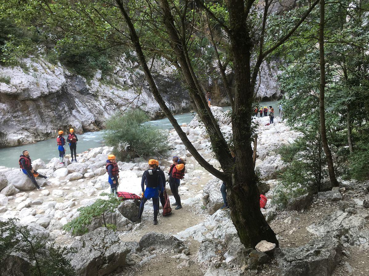 """Spaß im kühlen Nass: Im Canyon bereiten sich Abenteurer auf das """"Floating"""" durch den Verdon vor."""