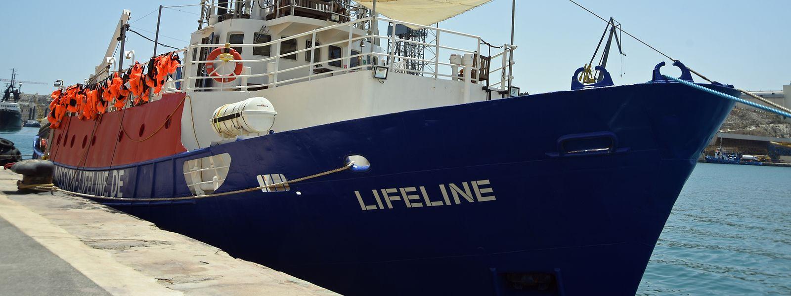"""Das deutsche Seenotrettungsschiff  """"Lifeline"""" liegt im Hafen von Malta, wo es seit Ende Juni festgehalten wird. Die Rettungswesten erinnern an die vorerst letzte Mission der """"Lifeline"""", die Europaweit für Schlagzeilen sorgte."""