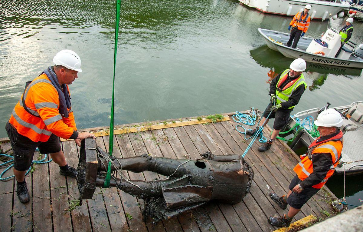 Die Statue von Edward Colston nach ihrer Bergung aus dem Hafenbecken von Bristol.