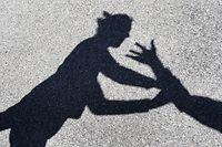 """ARCHIV - 24.04.2017, Bayern, Ebenhofen: Ein Mann greift nach einer Frau, von beiden sind nur die Schatten zu sehen. (zu dpa «Landtagsdebatte zu Gewalt gegen Frauen"""" vom 29.11.2018) Foto: Karl-Josef Hildenbrand/dpa +++ dpa-Bildfunk +++"""
