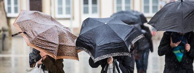 Wer an diesem Nachmittag vor die Tür geht, sollte den Regenschirm einpacken.