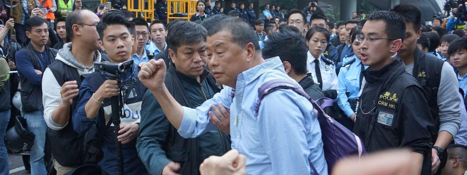 Der Gründer der großen Hongkonger Zeitung «Apple Daily», Jimmy Lai (M), bei seiner Festnahme am Samstag.