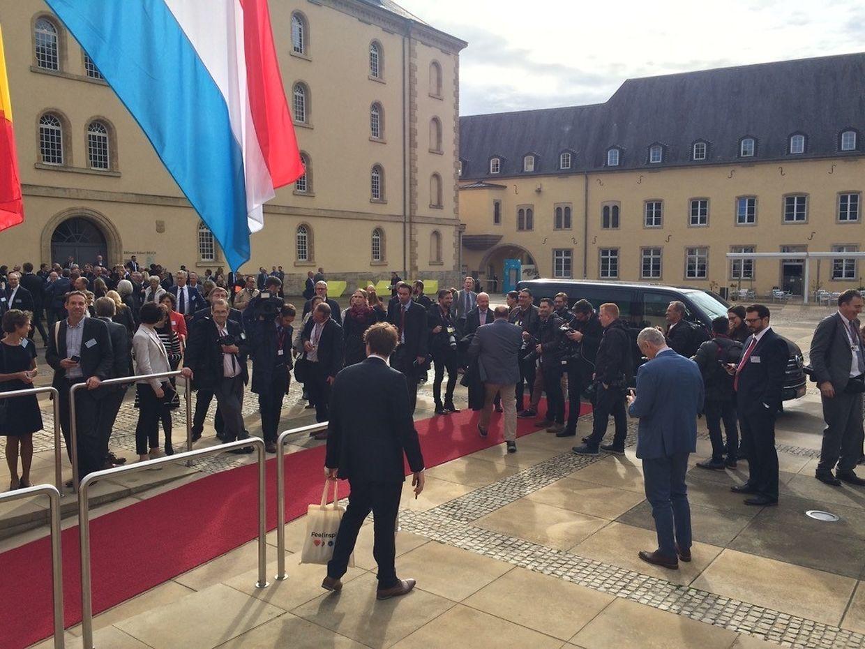 Nachdem in der Abtei Neumünster die Alarmanlage losging, wurde die Salle Robert Krieps evakuiert und die Gäste des Staatsbesuchs sammelten sich im Innenhof.