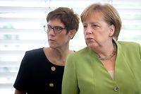 """ARCHIV - 11.06.2018, Berlin: Bundeskanzlerin Angela Merkel (r, CDU) und Annegret Kramp-Karrenbauer, damalige CDU-Generalsekretärin und jetzige CDU-Vorsitzende, nehmen an der Sitzung des CDU-Vorstands teil. (zu dpa """"Merkel nennt Spekulation über Zweifel an Kramp-Karrenbauer Unsinn"""" am 29.05.2019) Foto: Kay Nietfeld/dpa +++ dpa-Bildfunk +++"""