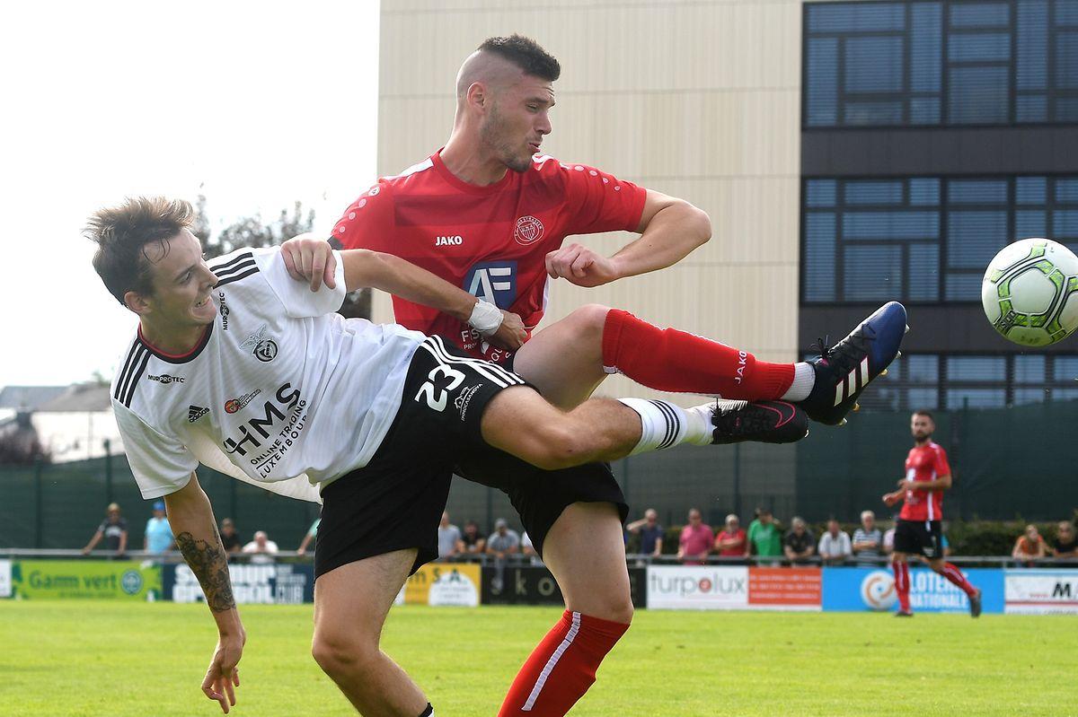 Fabien Heinz (l., RM Hamm Benfica) und Gautier Bernardelli (Strassen) kämpfen um den Ball.