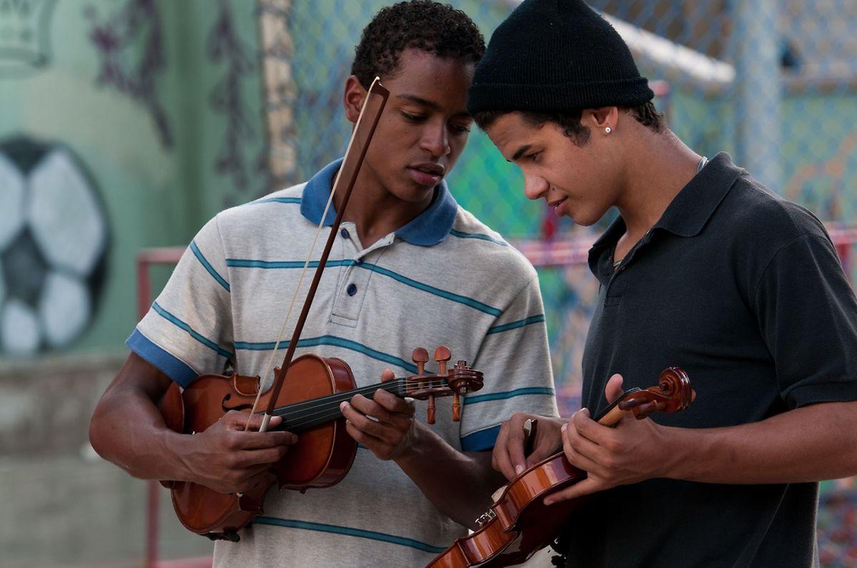 Os atores que interpretam dois alunos do projeto social de Heliópolis vão estar no Luxemburgo no âmbito do Festival de Cinema Brasileiro