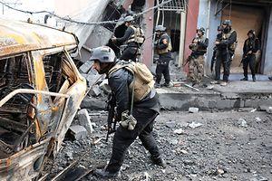 Une carcasse de voiture peut contenir un piège. A noter que les armées belge et néerlandaise contribuent à la formation des démineurs irakiens. Le Luxembourg apporte un soutien financier à cette formation.⋌(PHOTO: REUTERS)
