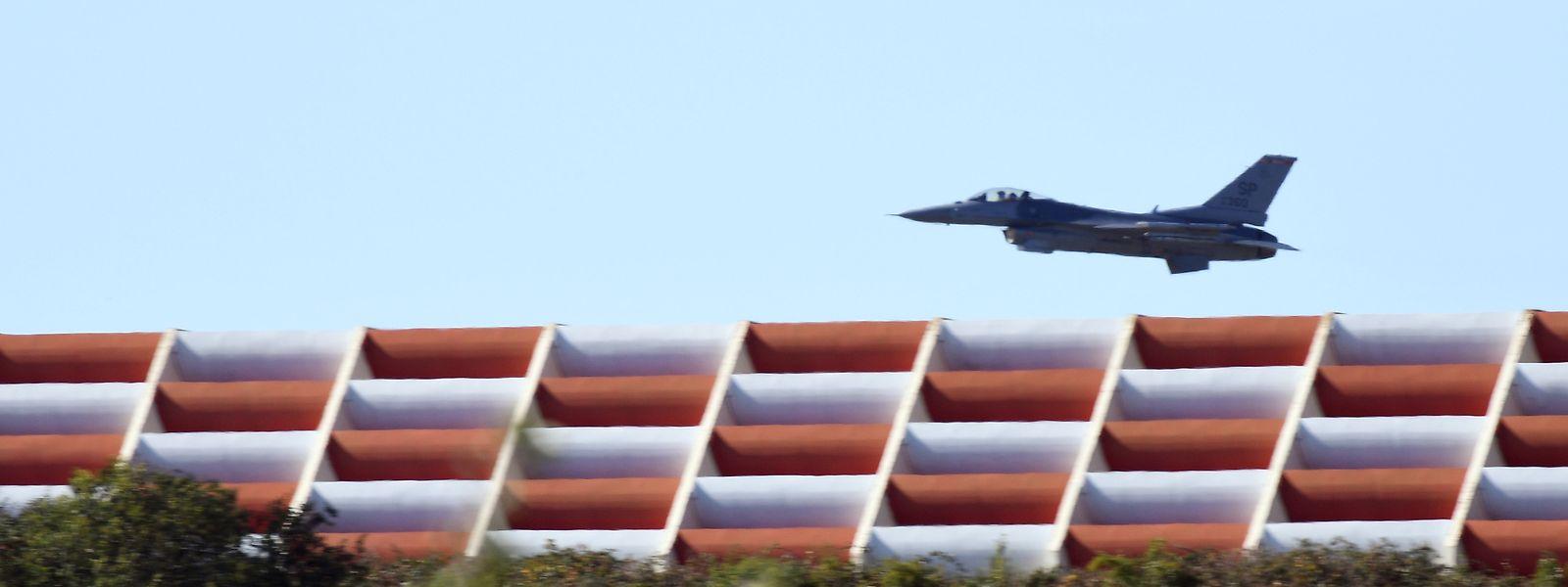 Ein Kampfflugzeug vom Typ F-16 überfliegt die Start- und Landebahn des US-Militärflughafens.