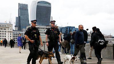 Polizisten mit Hunden patrollieren am Montagmorgen auf der London Bridge, wo am Samstag der Anschlag begann.