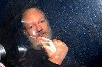 11.04.2019, Großbritannien, London: Julian Assange, Mitbegründer der Enthüllungsplattform WikiLeaks, kommt am Westminster-Amtsgericht in London an. Nachdem Assange von der ecuadorianischen Botschaft das diplomatische Asyl entzogen wurde, wurde er von der Metropolitan Police festgenommen. Foto: Victoria Jones/PA Wire/dpa +++ dpa-Bildfunk +++