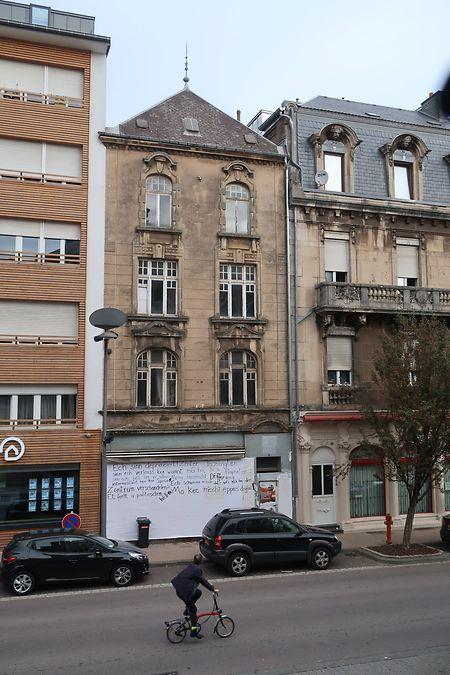 Das Gebäude befindet sich auf halbem Weg zwischen Stadtmitte und dem neuen Einkaufszentrum Opkorn.