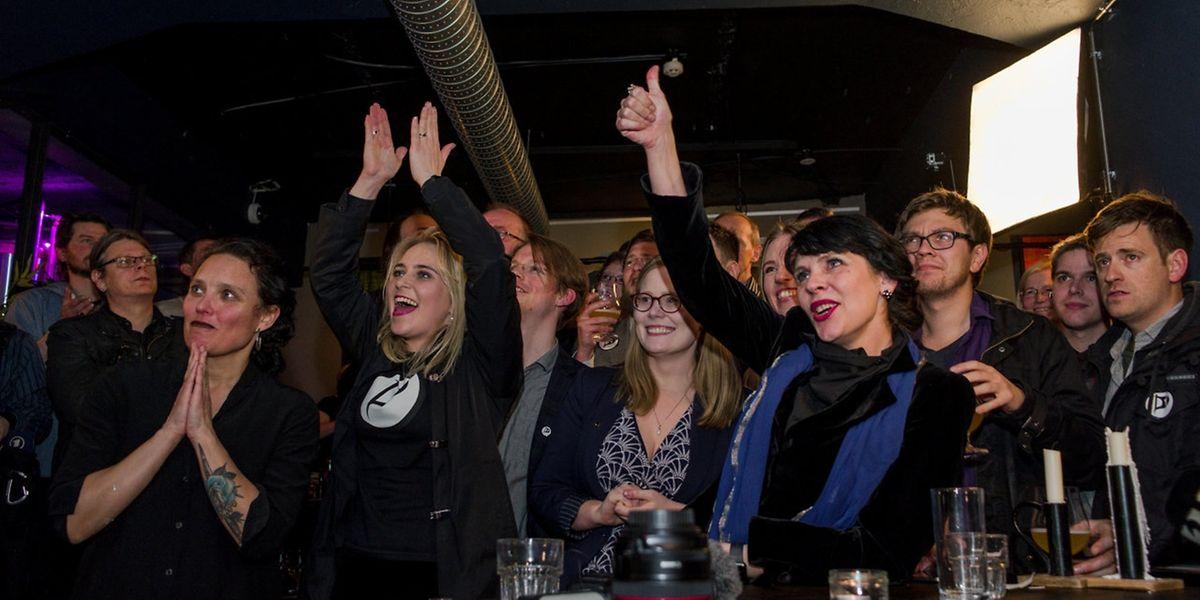 Die Piraten-Abgeordnete und Mitgründerin Birgitta Jónsdottír (r.) bei der Wahlparty ihrer Partei.