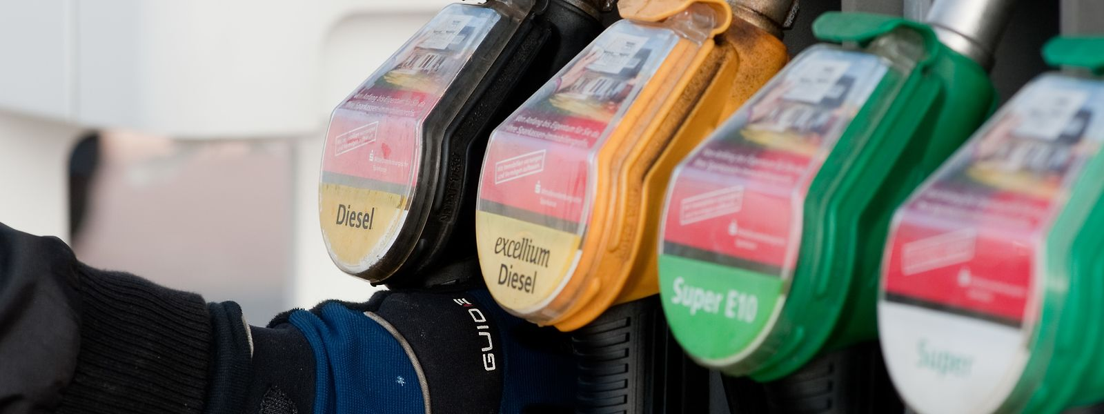 Gewohnter Griff: Doch für Sprit müssen Autofahrer seit Jahresbeginn tiefer in die Tasche greifen. Nicht nur wegen der Lage auf dem Weltmarkt, auch die neue CO2-Steuer trägt zur Verteuerung mit bei.