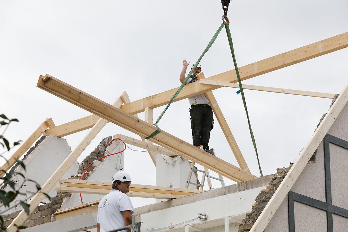 Dès samedi, les premiers professionnels du bâtiment sont intervenus pour conforter et protéger les maisons et logements impactés par la tornade.