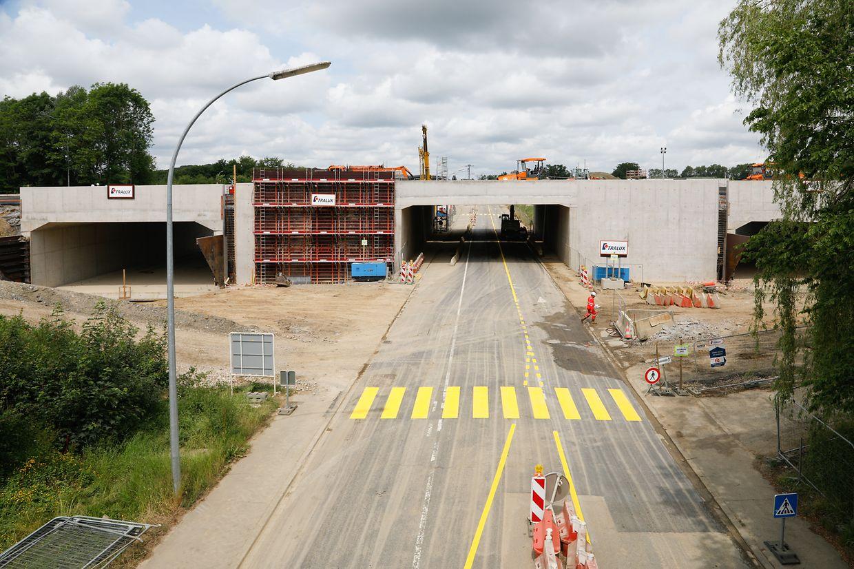 Links und rechts der N13 befinden sich die neuen Unterführungen nun unterhalb der A4. Vorerst wird der Verkehr auf der Dreikantonstraße noch unter der alten Brücke (Bildmitte) hindurchführen.