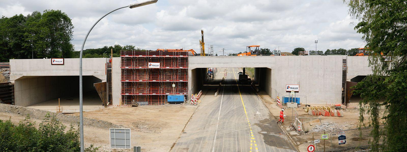 Links und rechts der N13 befinden sich die neuen Unterführungen nun unterhalb der A4.