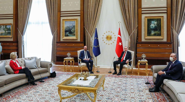 Von der Leyen sitzt auf dem Sofa, gegenüber von dem türkischen Außenminister Mevlut Cavusoglu.