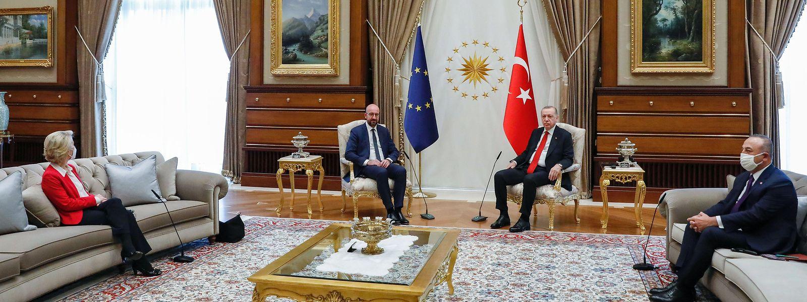 Der türkische Präsident Recep Tayyip Erdogan (2.v.r) und der türkische Außenminister Mevlut Cavusoglu (r) während eines Treffens mit EU-Kommissionspräsidentin Ursula von der Leyen (l) und EU-Ratspräsident Charles Michel. Michel saß auf Augenhöhe neben Erdogan, während von der Leyen in einiger Entfernung auf dem Sofa saß.