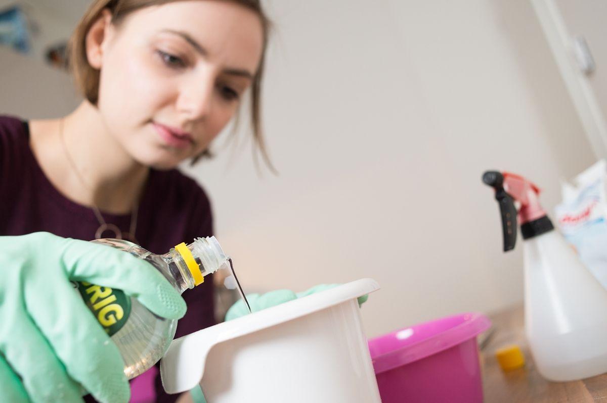 EinKalkreiniger entsteht aus einem Mix aus 100 Milliliter Essigessenz, 300 Milliliter Wasser und 30 Tropfen Teebaum-, Lavendel- oder Eukalyptusöl.
