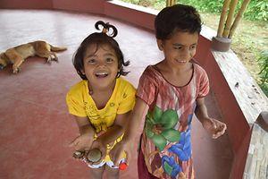 Die Mädchen sind sehr liebevoll und anhänglich.Voler Begeisterung zeigen sie ihre Kultur.