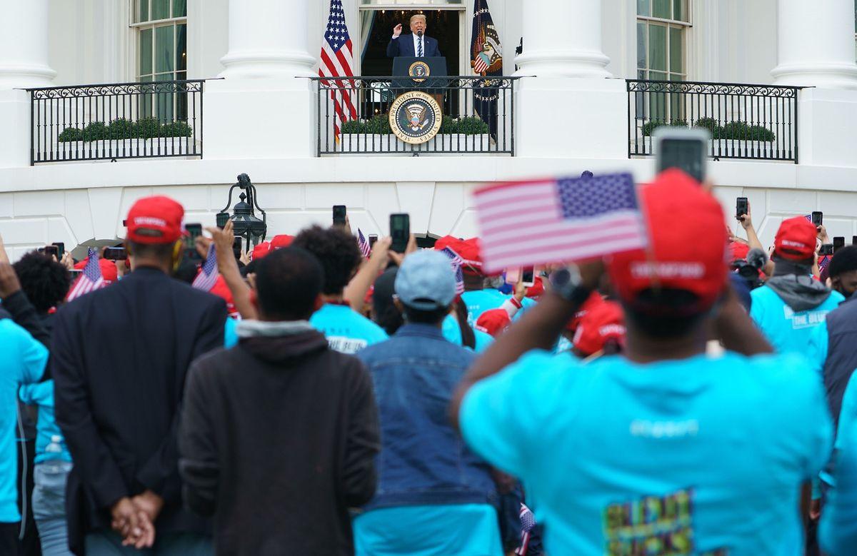 Trump spricht am Samstag von einem Balkon des Weißen Hauses zu Anhängern.