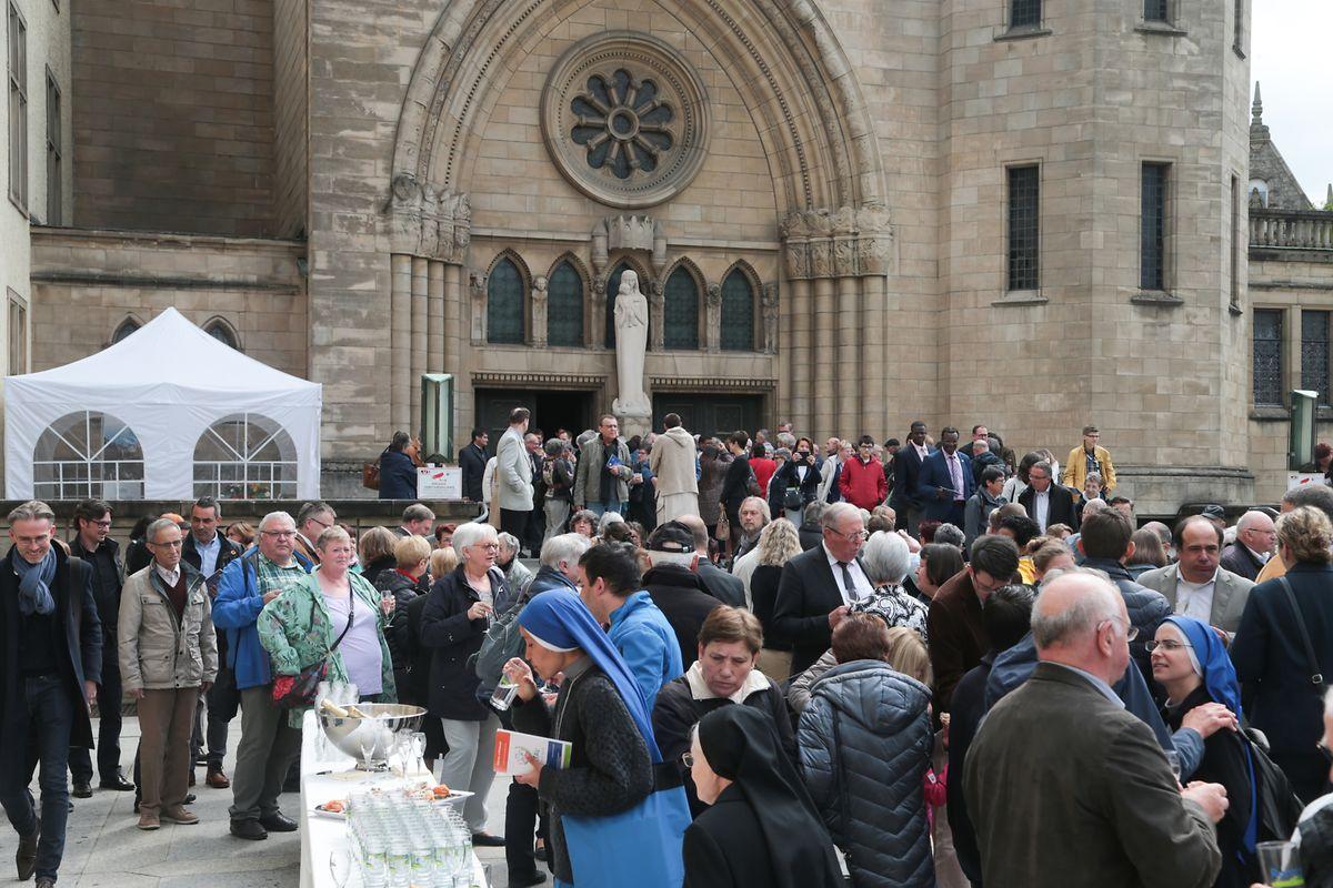 Im Anschluss an die Messe wurde noch vor der Kathedrale gefeiert.
