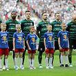 Chris Philipps (3.v.l.) wird einige seiner Teamkollegen wie Michal Pazdan (r.) bei der WM verfolgen können.