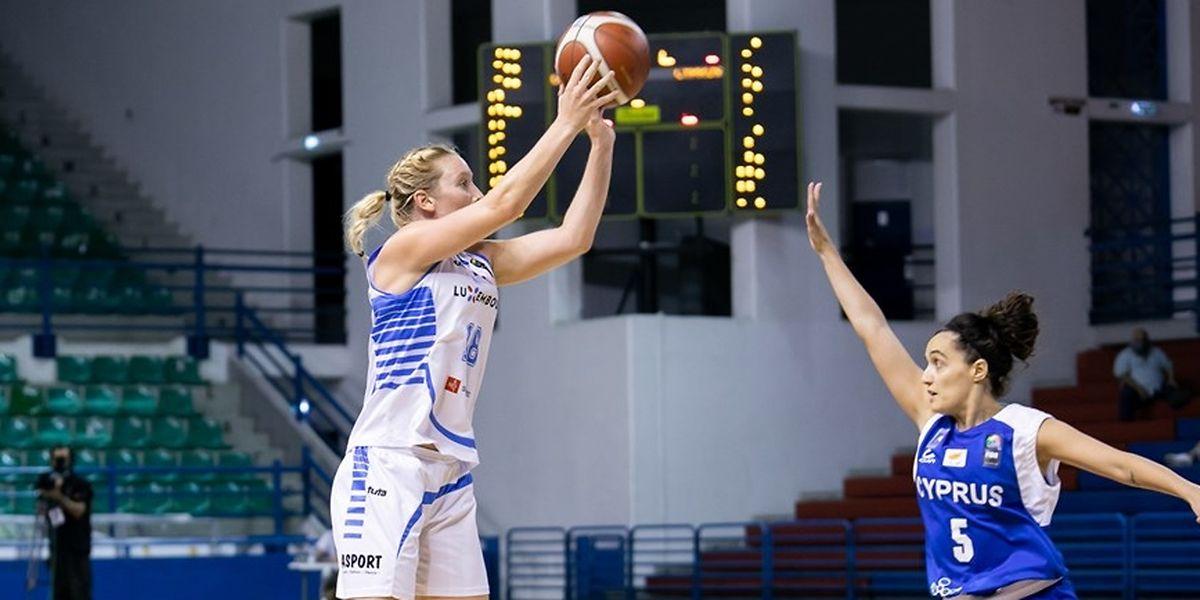 Anne Simon (l.) erzielt 17 Punkte gegen Zypern um Christiana Menelaou.