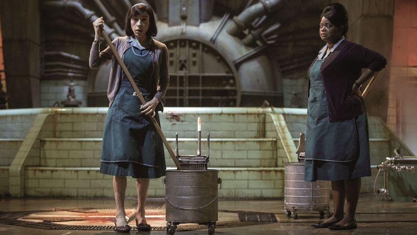 Die beiden Putzfrauen Elisa (Sally Hawkins, l.) und Zelda (Olivia Spencer) machen im Labor eine Begegnung, die ihr Leben verändern wird.