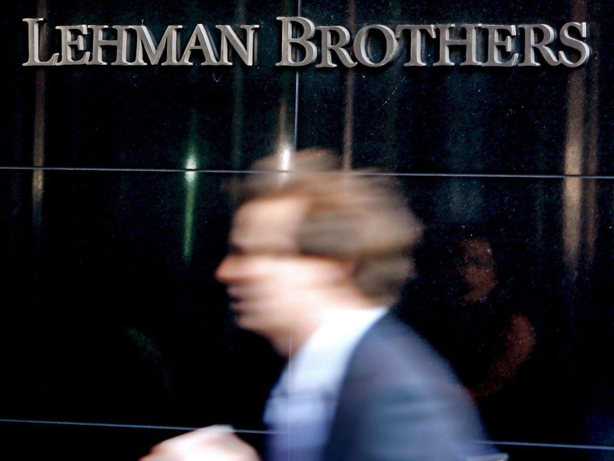 15.September 2008, USA, New York: Ein Mitarbeiter betritt die Zentrale der US-Investmentbank Lehman Brothers.