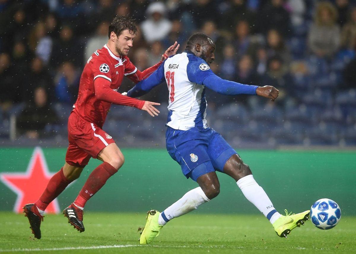 Moussa Marega laisse Grzegorz Krychowiak sur place pour doubler la marque pour le FC Porto.