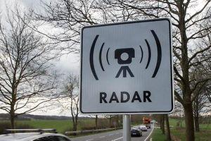 5.3. Greivelsbarriere / Radarwarnschild/ Hinweisschild Radar / Radargeraete / Verkehrkontrolle Foto.Guy Jallay