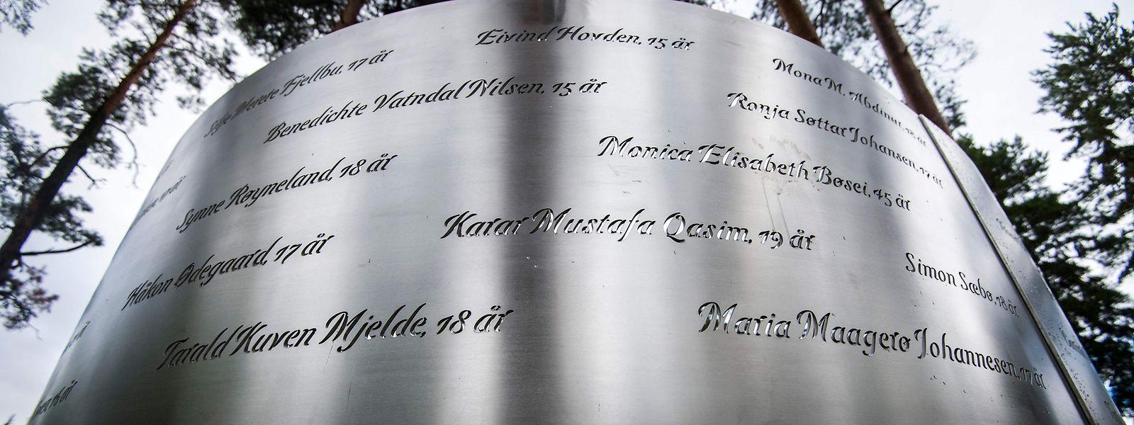 Nur eine kleine Gedenktafel mit den Namen der Opfer erinnert auf der Insel Utøya an das Massaker.