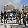 Soldaten einer irakischen Spezialeinheit mit einer erbeuteten IS-Flagge.