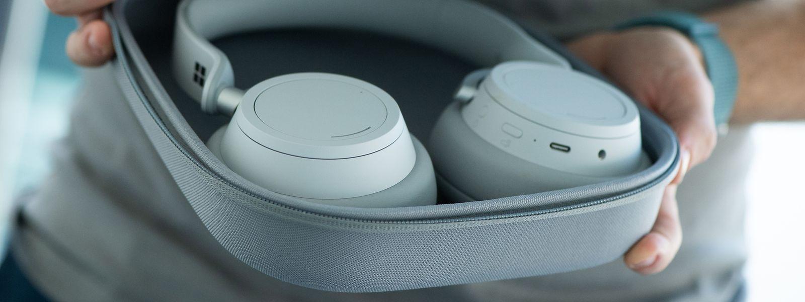 Elegant, aber nicht wirklich für das ganz kleine Reisegepäck. Die Surface Headphones lassen sich nicht sonderlich klein zusammenlegen.