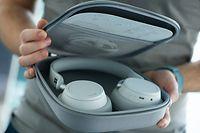 Zum Themendienst-Bericht von Till Simon Nagel vom 9. April 2019: Elegant, aber nicht wirklich für das ganz kleine Reisegepäck. Die Surface Headphones lassen sich nicht sonderlich klein zusammenlegen. Foto: Franziska Gabbert/dpa-tmn - Honorarfrei nur für Bezieher des dpa-Themendienstes +++ dpa-Themendienst +++