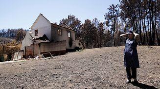 Alzira Quevedo, 76 anos, junto à sua casa que ardeu juntamente com todos os seus bens, o carro, animais domésticos, mobiliário e eletrodomésticos, na Barraca da Boavista, Pedrógão Grande.