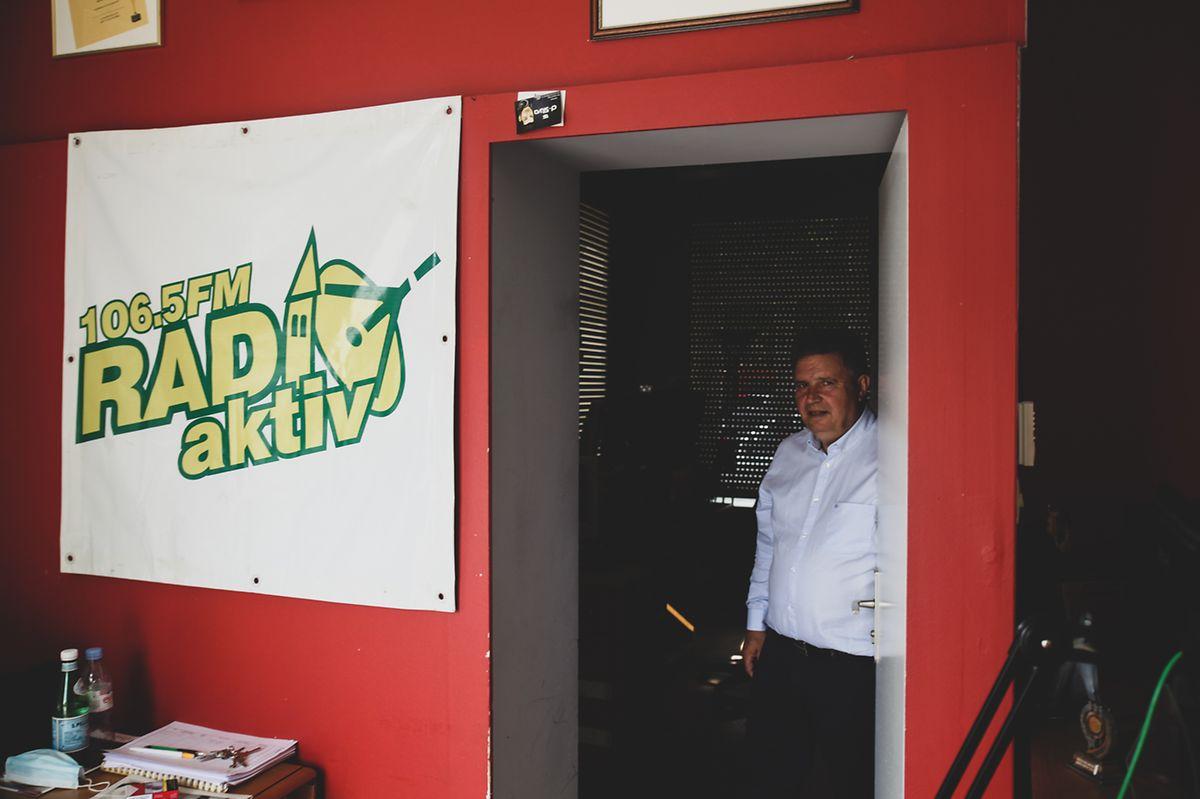 Domingos Pereira fundou a rádio em 1996. As últimas semanas foram intensas neste estúdio.