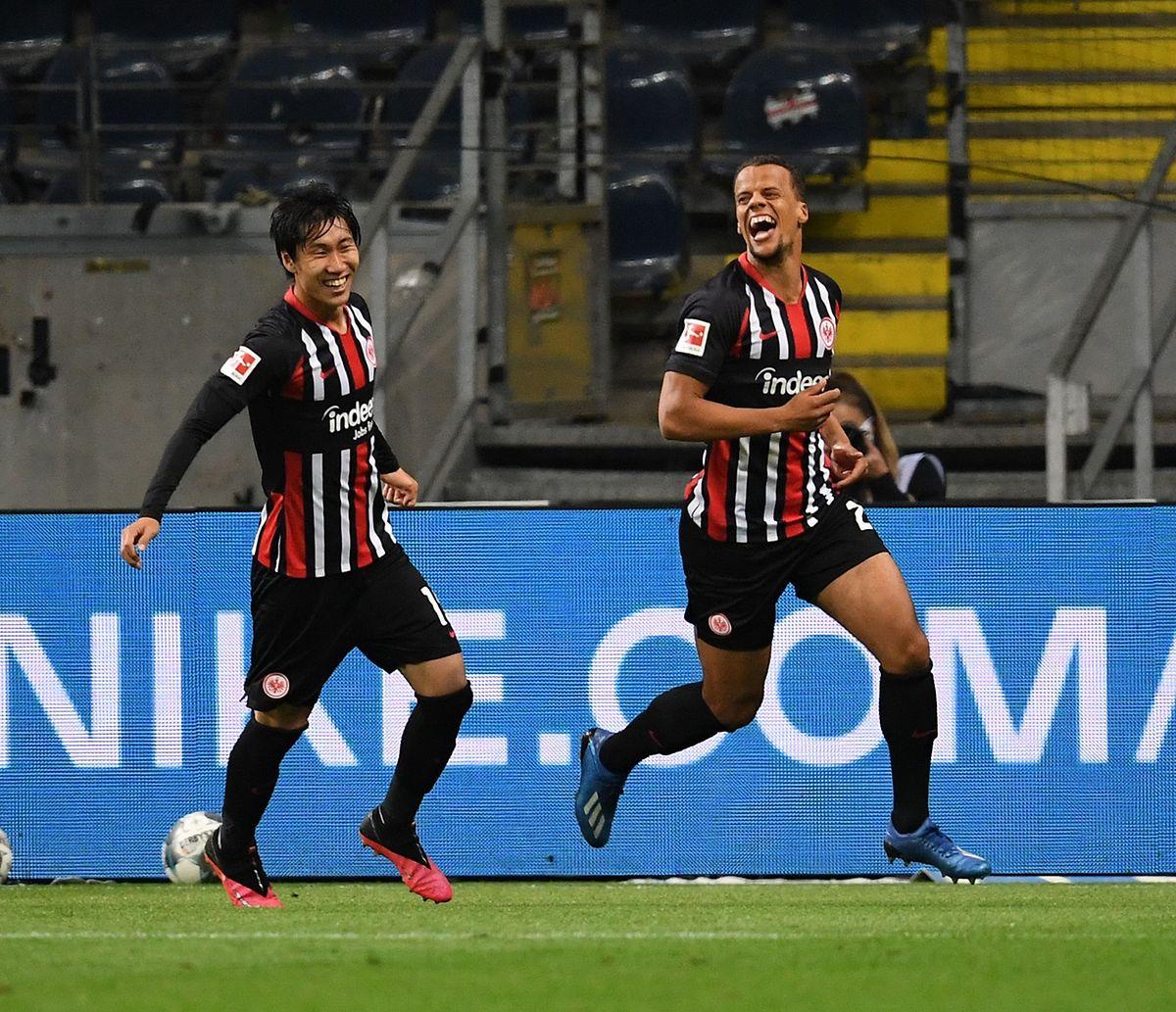 Frankfurts Joker Timothy Chandler (r., hier mit Daichi Kamada) rettet einen Punkt gegen Freiburg.