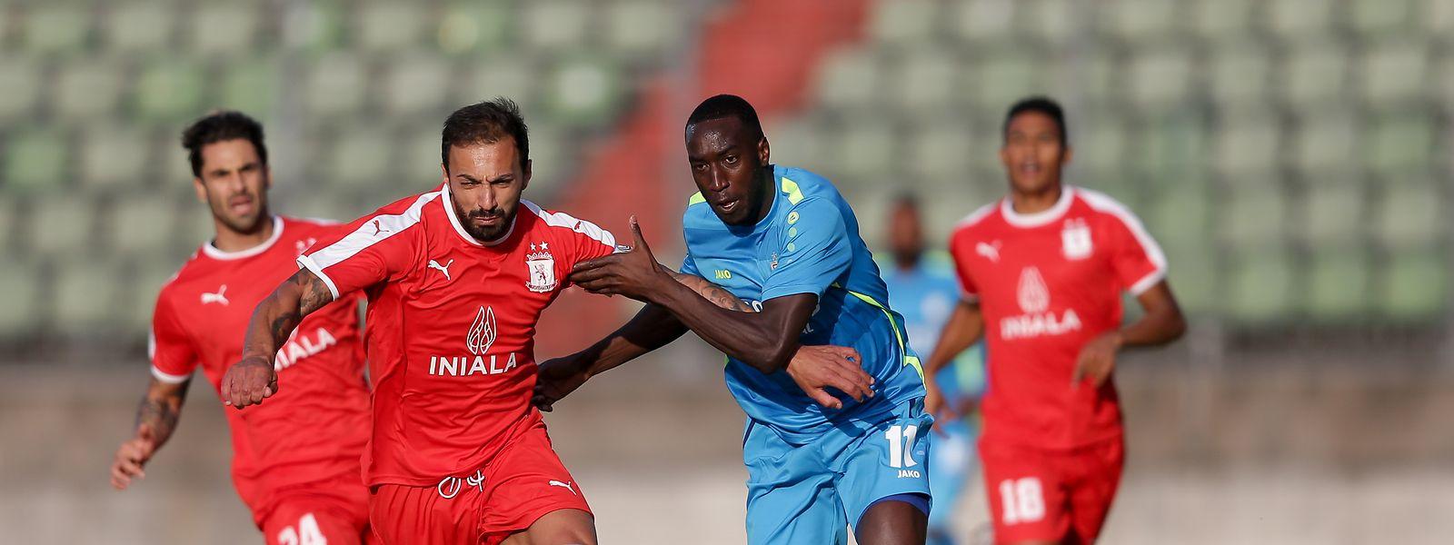 Steve Borg (l.) und der FC Valletta ärgern F91 um Bertino Cabral.